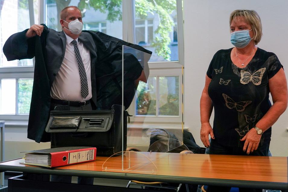 Die Turn-Trainerin Gabriele Frehse (r.) steht im Verhandlungssaal im Arbeitsgericht Chemnitz neben ihrem Anwalt Ludger Olbrich. Ihre Klage war erfolgreich.