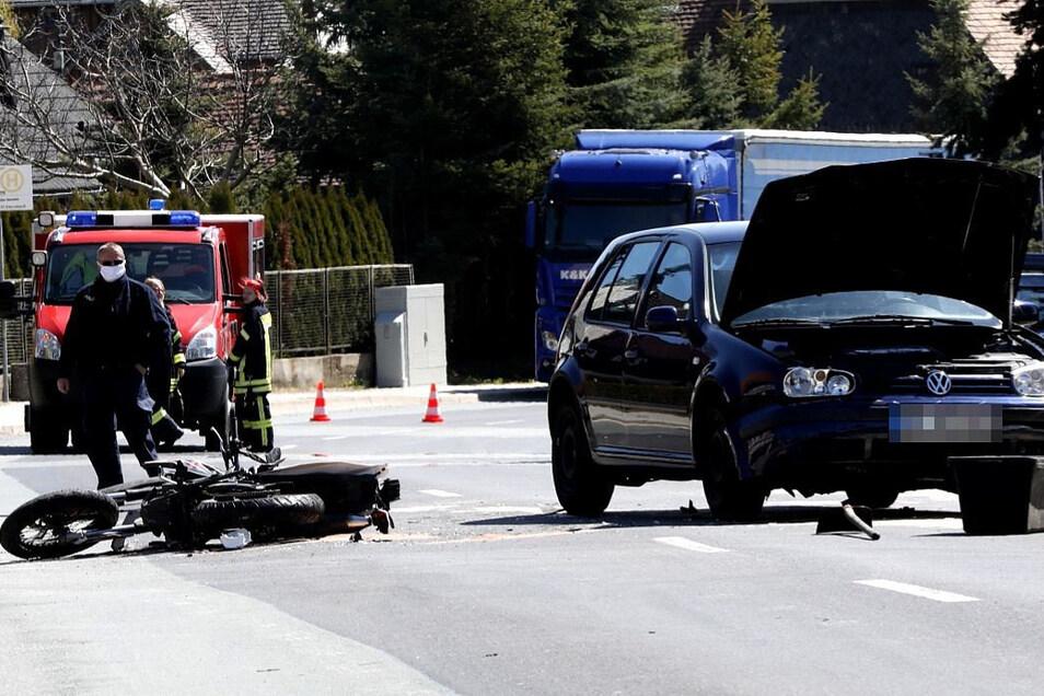 Der Motorrad- und die VW-Fahrerin mussten ins Krankenhaus eingeliefert werden.