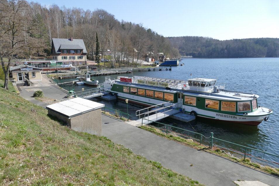 """Die MS """"Kriebstein"""" muss auch weiterhin im Hafen bleiben, zunächst erst einmal bis Pfingsten. Dafür fahren die Linienschiffe aber wieder voll nach Fahrplan an der Talsperre Kriebstein."""