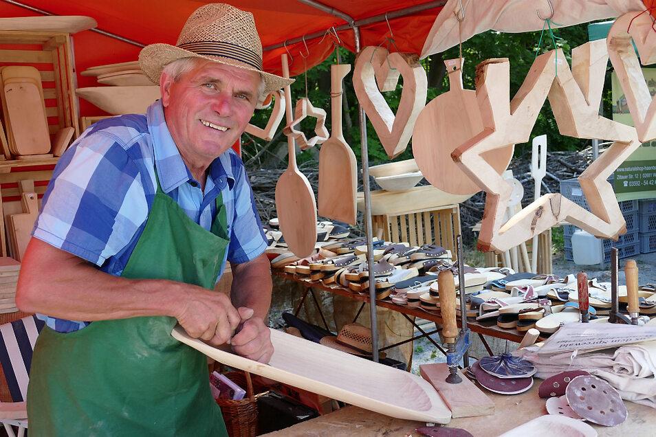 Arno Klähr aus Vetschau (also ein Niederlausitzer!) freute sich über seinen ersten Marktauftritt mit Holz-Produkten nach langer Zeit – und ohne Maske.
