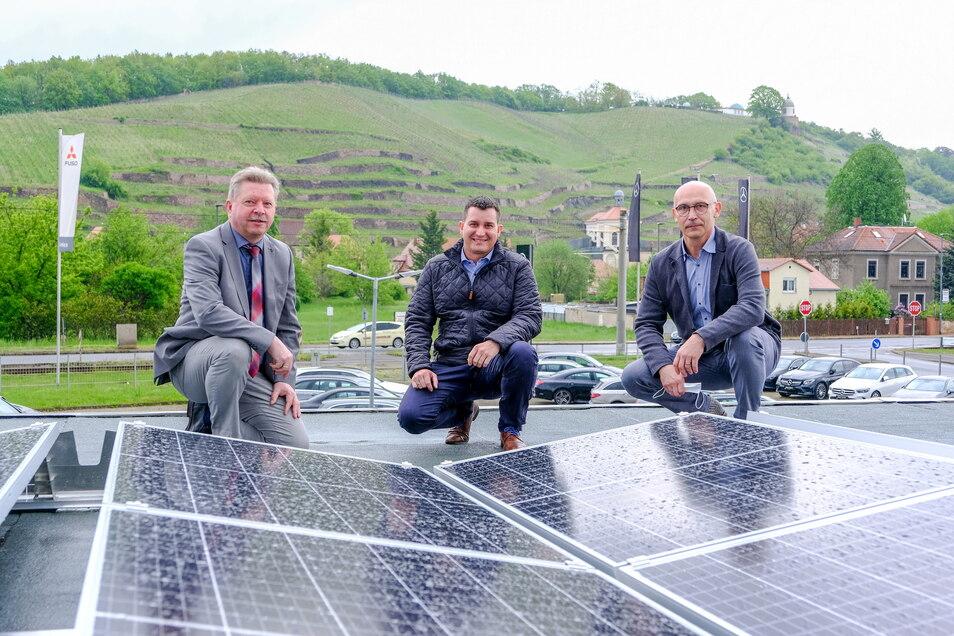 OB Bert Wendsche (parteilos), Stadtwerke-Projektmanager Stephan Buffi und Autohaus-Geschäftsführer Michael Lauke neben den neuen Photovoltaikplatten auf dem Dach.