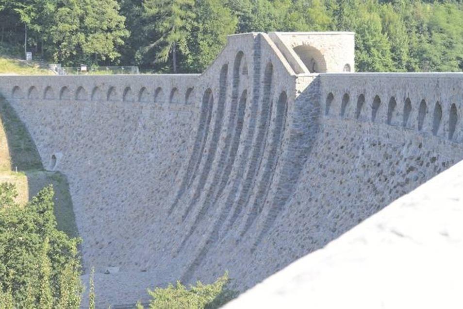 Wie neu gebaut sieht die Staumauer in Klingenberg nach ihrer Sanierung aus. Die Steine wurden dabei auch gereinigt und frisch verfugt. Wer es nicht weiß, sieht es dem Bauwerk nicht an, dass es schon seit fast hundert Jahren steht. Foto: Egbert Kamprath