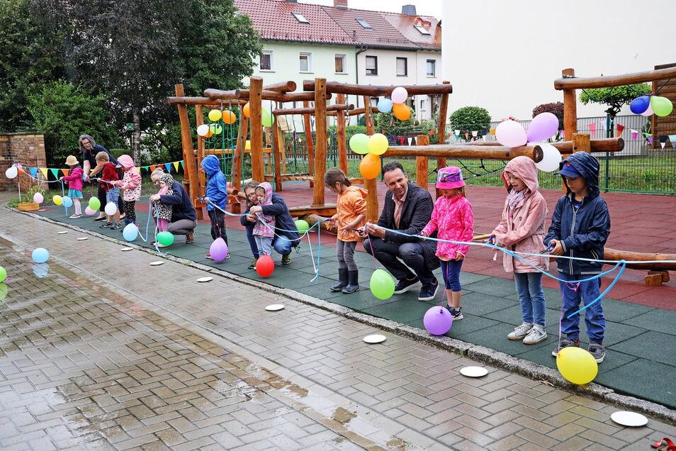 Einweihung im Regen: Auch OB Marco Müller (CDU) war am Mittwoch in Merzdorf dabei.