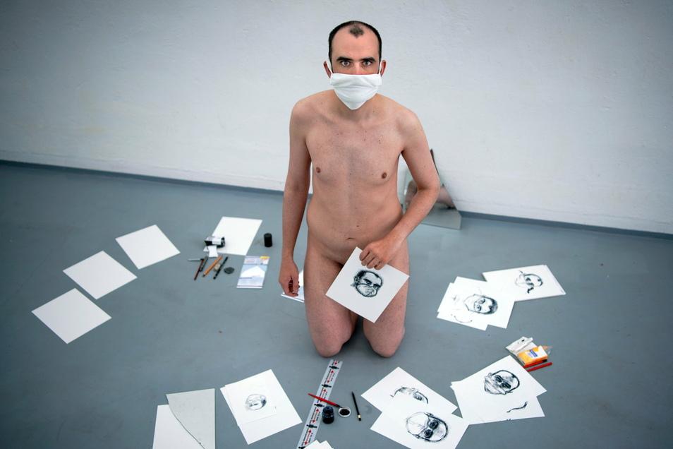 Wenn der Künstler zum Kunstobjekt wird: Oskar Staudinger malte nackte in der Alten Feuerwache.