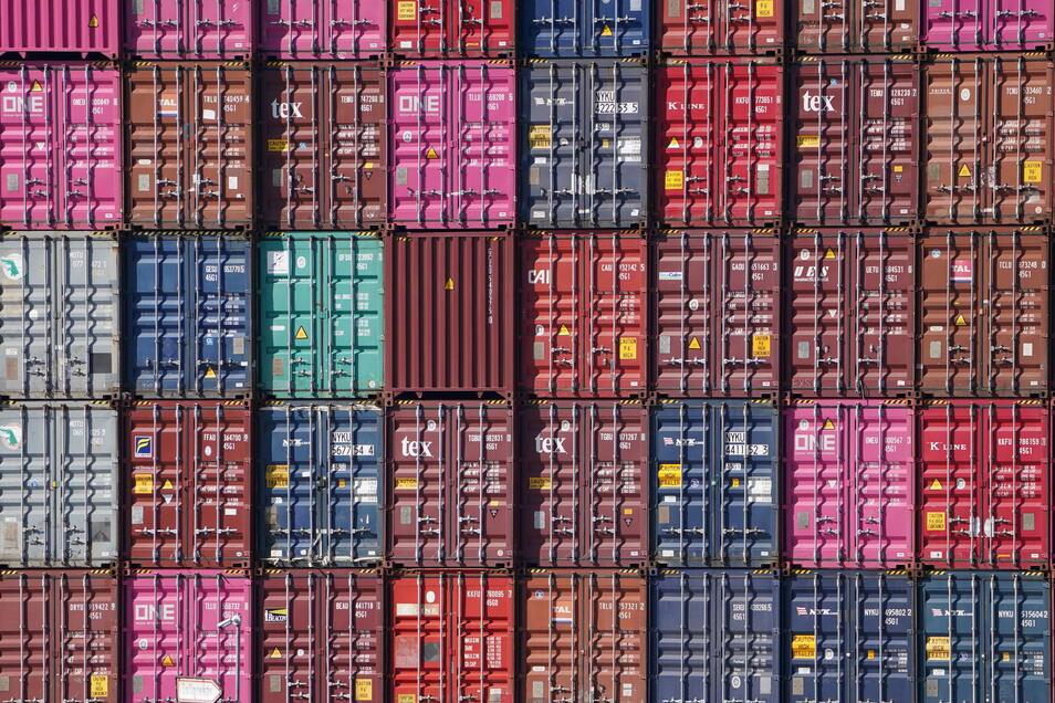 Container sind auf einem Schiff im Hamburger Hafen zu sehen. gestapelt.