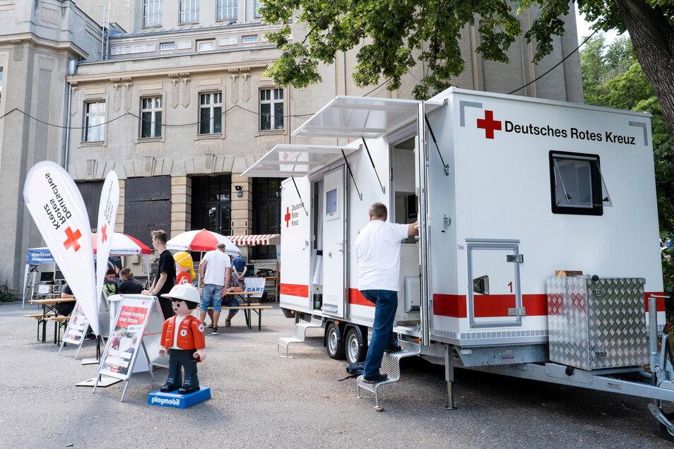 Ein mobiles Impfteam des Deutschen Roten Kreuzes wartete am Sonnabend vor der Görlitzer Stadthalle auf Impfwillige.