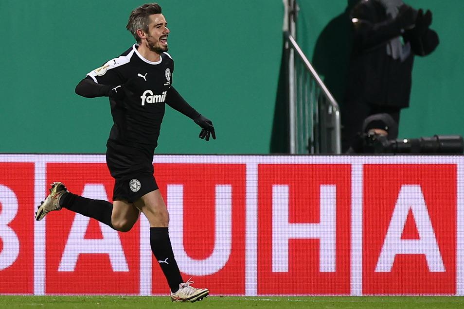 Fin Bartels erzielt das zwischenzeitliche 1:1 für Holstein Kiel gegen den FC Bayern, macht mit seinem Elfmeter den Pokal-Sensation perfekt - und hat mit einem anderen Tor die ARD-Zuschauer begeistert.
