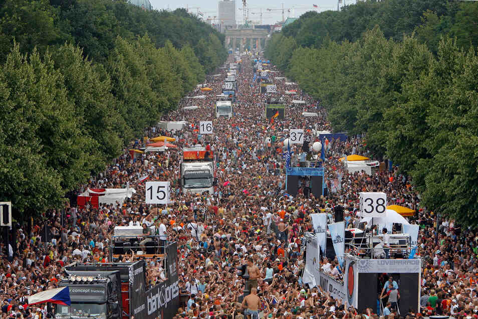 2006, Berlin: Hunderttausende Raver tanzen auf der Straße vor dem Brandenburger Tor in Berlin zu hämmernden Bassrhythmen auf der Love Parade.