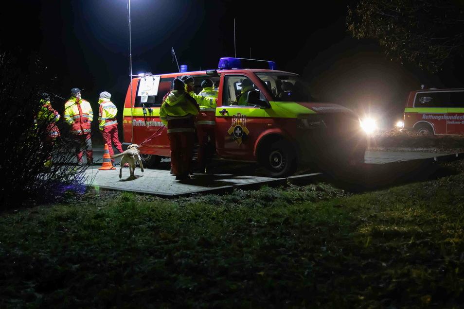 Ein Großaufgebot von Rettungshundestaffeln suchte am Sonnabend in Spitzkunnersdorf nach einer vermissten Frau.