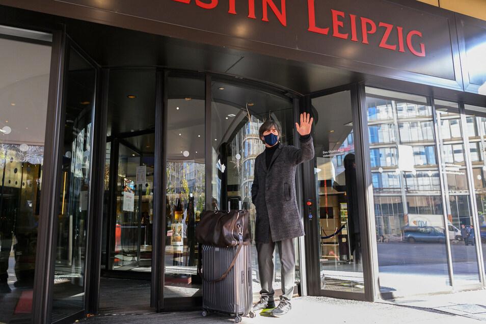 Mal wieder in Leipzig. Bundestrainer Joachim Löw grüßt bei der Ankunft im Hotel am Montag. Länderspiele auch in Dresden kann er sich sehr gut vorstellen.