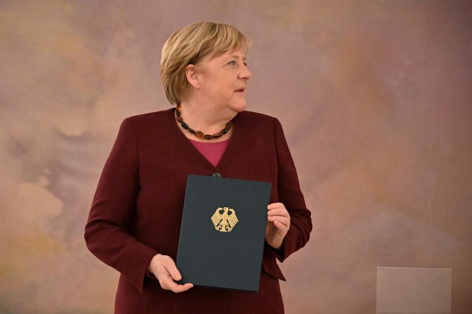 Bundespräsident Steinmeier hat am Dienstag der Bundeskanzlerin und den Mitgliedern der Bundesregierung die Entlassungsurkunden überreicht - die Bundesregierung bleibt aber geschäftsführend im Amt.