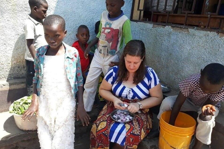Essen kochen inmitten der Kinderschar - das ist in Afrika Alltag für Janine Mietsch.