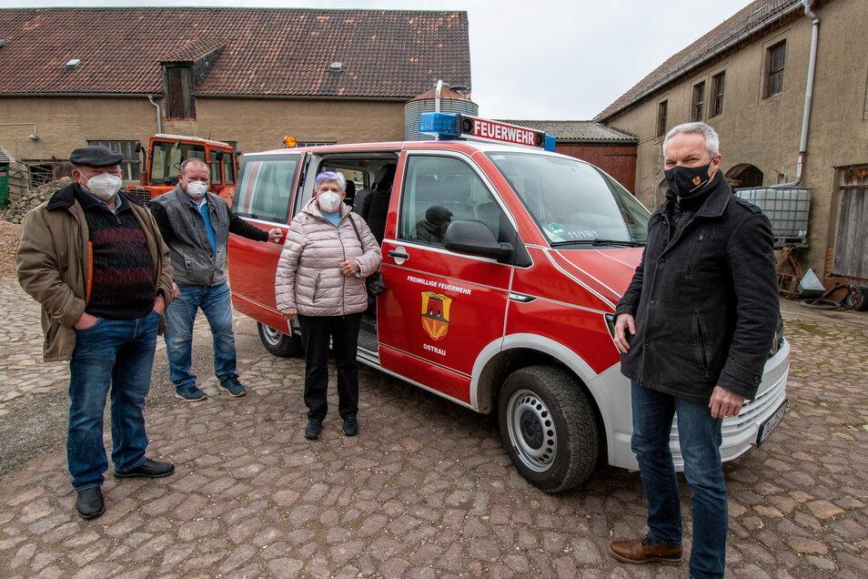 Hannelore (3. von links) und Franz Schelasin (links) nutzen den Bustransfer. Bürgermeister Dirk Schilling (rechts) hat noch einige Unterlagen gebracht. Fahrer ist an diesem Tag Gemeindewehrleiter Tom Kunath.