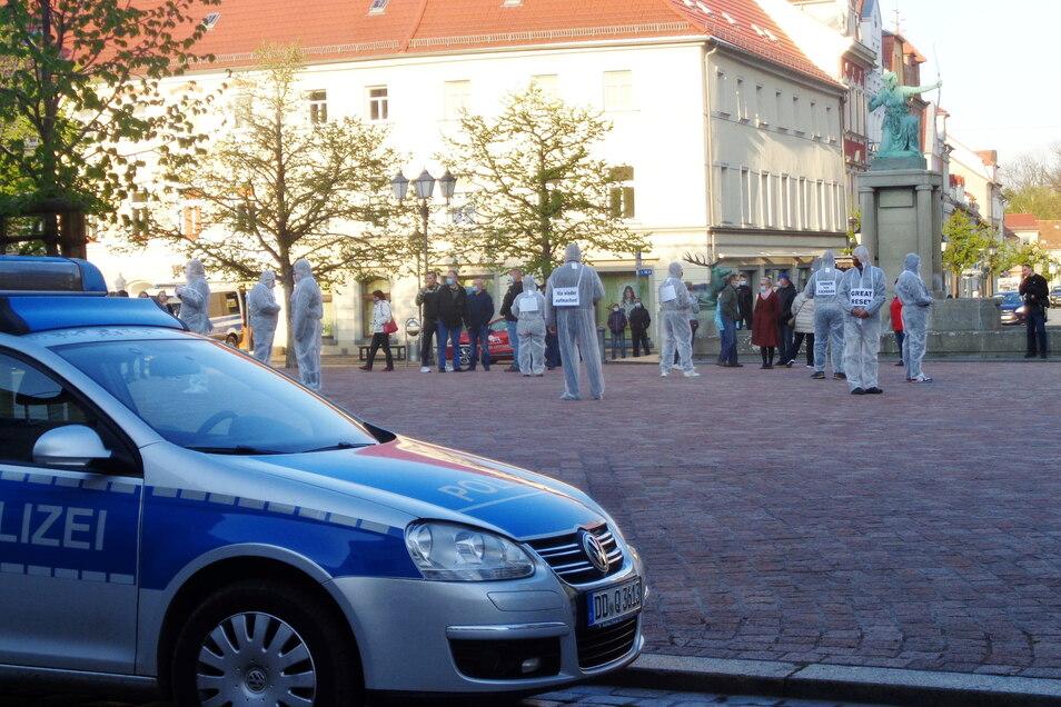 Ein beklemmendes Szenario zeichneten die Teilnehmer des Montagsprotestes auf dem Großenhainer Hauptmarkt.