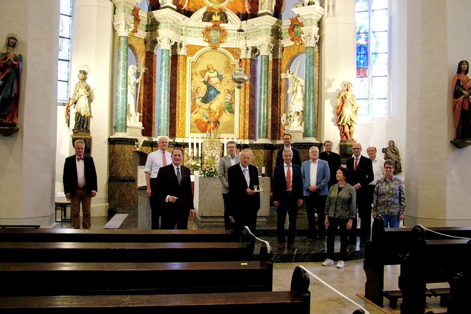 Das Landeskuratorium der Ostdeutschen Sparkassenstiftung im Freistaat Sachsen hielt seine Frühjahrssitzung 2020 am 23. Juni im Wittichenauer katholischen Pfarrhaus. Hier ist das Gremium vor dem Hauptaltar von St. Mariä Himmelfahrt versammelt.