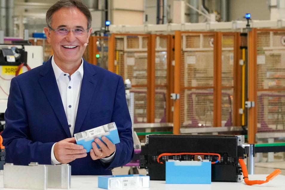 Hans-Peter Kemser, Leiter BMW Werk Leipzig, präsentiert das Modell eines Elektromoduls. Das Leipziger Werk plant ab 2021 den Beginn der Fertigung von Elektromodulen für ihre Elektrofahrzeuge.