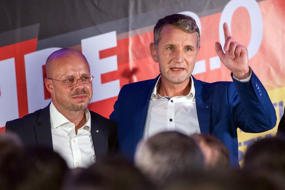 Die thüringischen und brandenburgischen AfD-Politiker Björn Höcke (r.) und Andreas Kalbitz bleiben offenbar vorerst in der AfD und gründen keine eigene Partei.