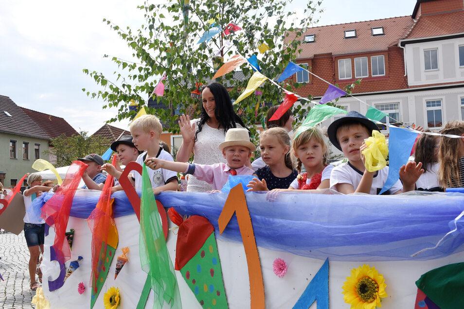 Fröhliche ABC-Schützen sind beim großen Festumzug beim Rothenburger Sommerfest dabei.
