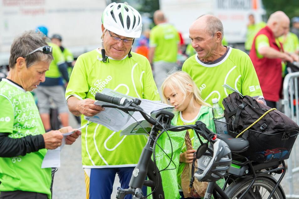 Generationen auf der 30-Kilometer-Strecke (AOK-Tour) - die Familien Boden und Parsch aus Dresden und Medingen am Stützpunkt in Radebeul.