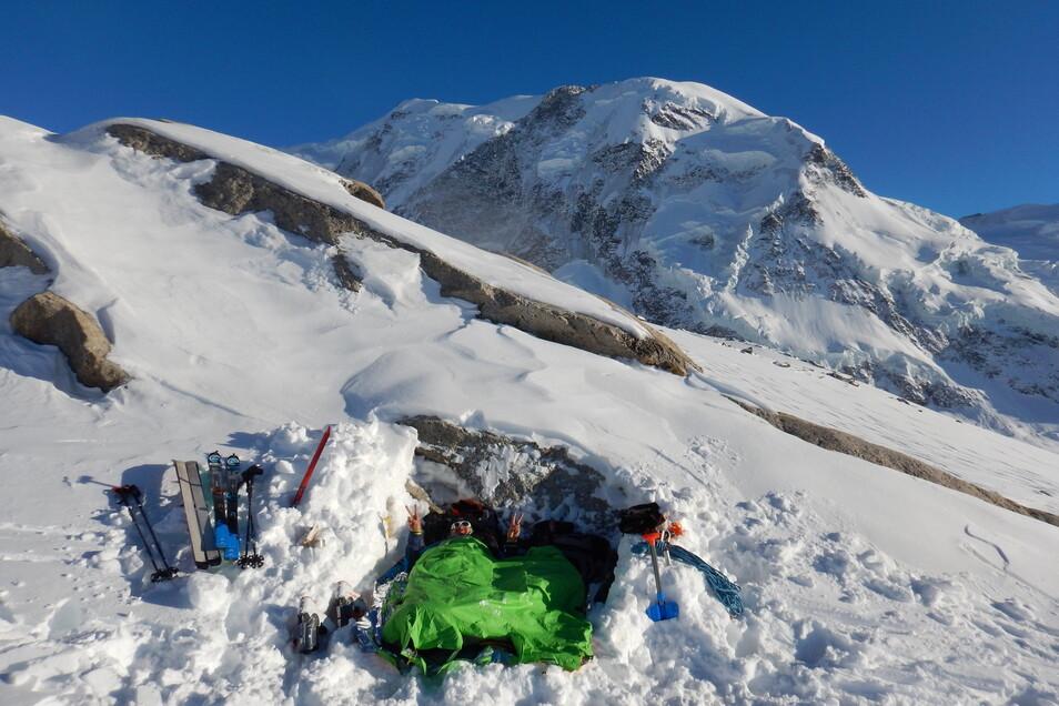 Ein Nachtlager auf mehr als 4.600 Metern Höhe: Elias Betka beim Probeschlafen für die Pamir-Expedition auf der Dafourspitze in den Walliser Alpen.