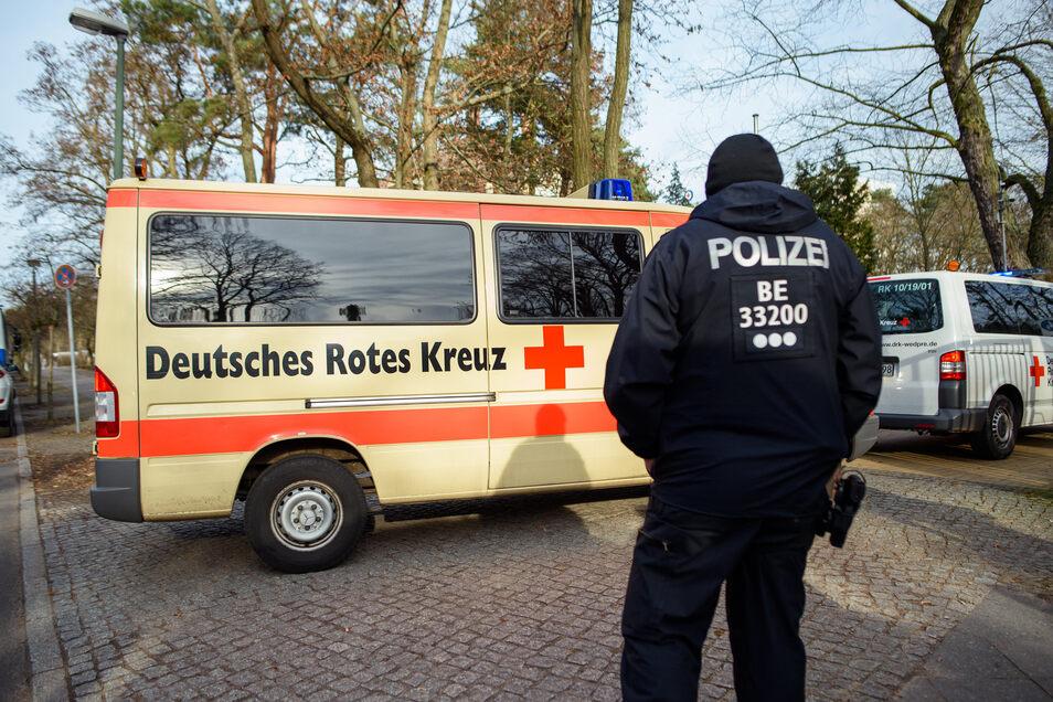 Fahrzeuge des Deutschen Roten Kreuzes (DRK) fahren unter Polizeischutz auf das Gelände der DRK Kliniken Berlin-Köpenick. In dem Klinikum werden 20 deutsche Rückkehrer aus der mit dem Coronavirus stark infizierten Region Wuhan unter Quarantäne gestellt.
