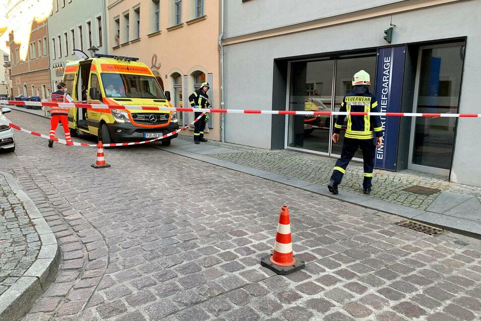 Tiefgaragen-Einfahrt an der Langen Straße in Pirna: Hinter der Glaswand geschah der tödliche Unfall.