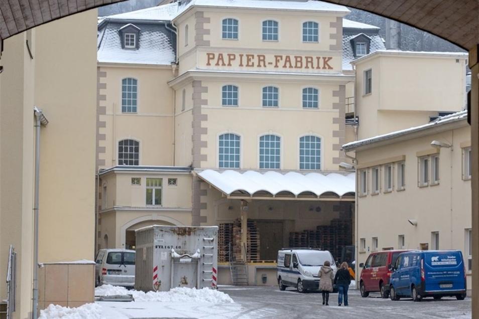 In der Papierfabrik in Königstein wurden vier Mitarbeiter von den Dämpfen ausgetretener Schwefelsäure vermutlich leicht verletzt.