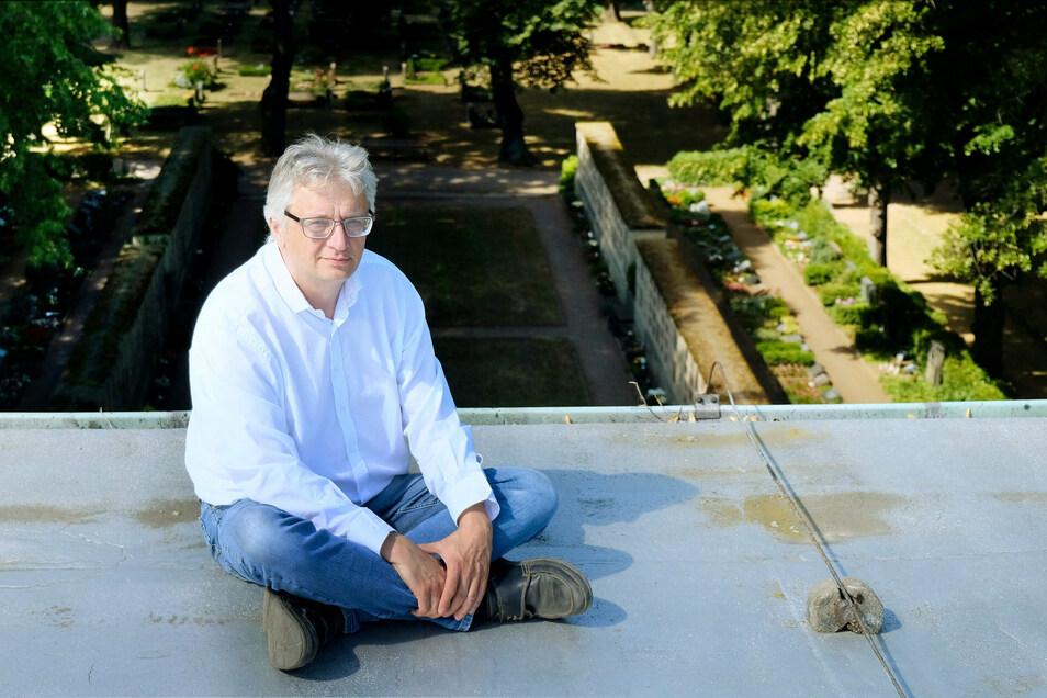 Meißens Krematoriums-Chef hat im Kirchenregister die Namen von über 100 bisher unbekannten Kriegstoten entdeckt.