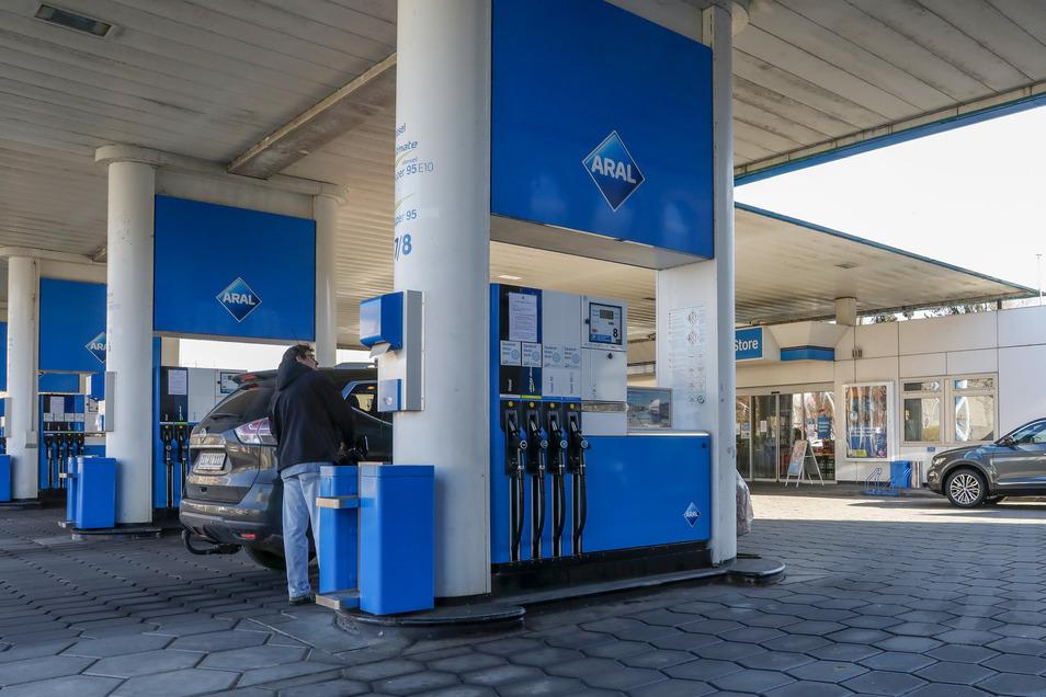 Wegen der geschlossenen Grenzen nach Polen und Tschechien müssen viele Kraftfahrer jetzt bei den deutschen Tankstellen Sprit kaufen.