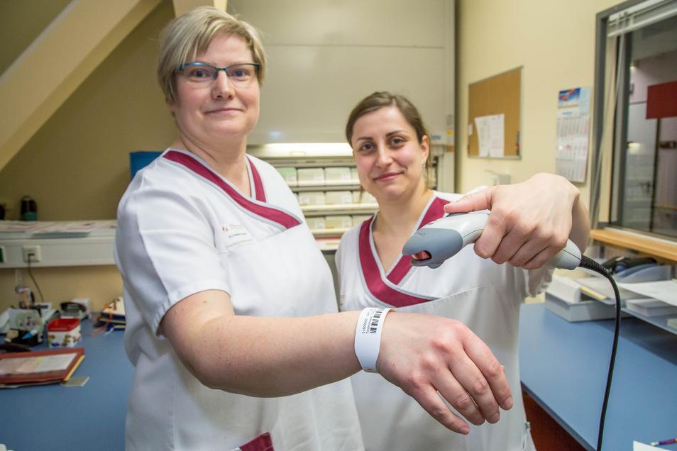 Die Krankenschwestern Daniela Weise und Steffi Moritz probieren schon mal aus, was für die Patienten im Rothenburger Orthopädiezentrum in Kürze mehr Sicherheit bringen soll: das individuelle Armband, mit dem schnell alle Daten verfügbar sind.