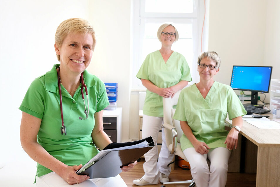 Dr. Kerstin Smith (links) ist die neue Landärztin in Leuben. Ihr Team, Schwester Sina (Mitte) und Schwester Claudia, freut sich auf die Arbeit mit der Medizinerin aus England.