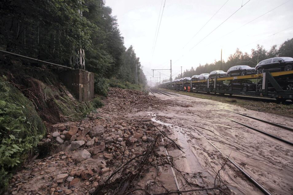 Geröll und Schlamm blockierten die Bahnstrecke zwischen Bad Schandau und Schöna. Ein Gleis ist inzwischen wieder befahrbar.