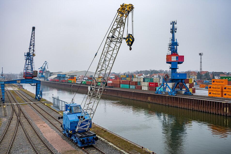 Der Hafen in Riesa ist auf Container spezialisiert und sollte dafür ein neues Terminal bekommen. Doch das Millionen-Vorhaben zieht sich seit Jahren hin.