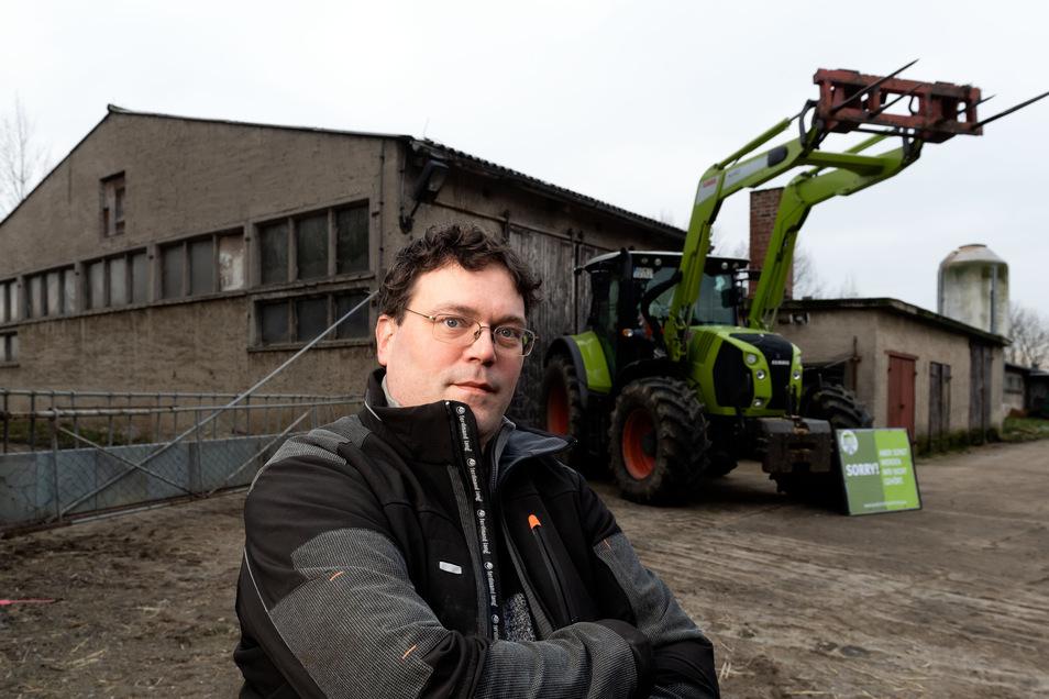 Landwirt Christian Ahrens steht in Schmiedefeld vor dem Traktor, mit dem er in Berlin war, um mit Tausenden anderen Bauern gegen die Agrarpolitik der Bundesregierung zu protestieren.