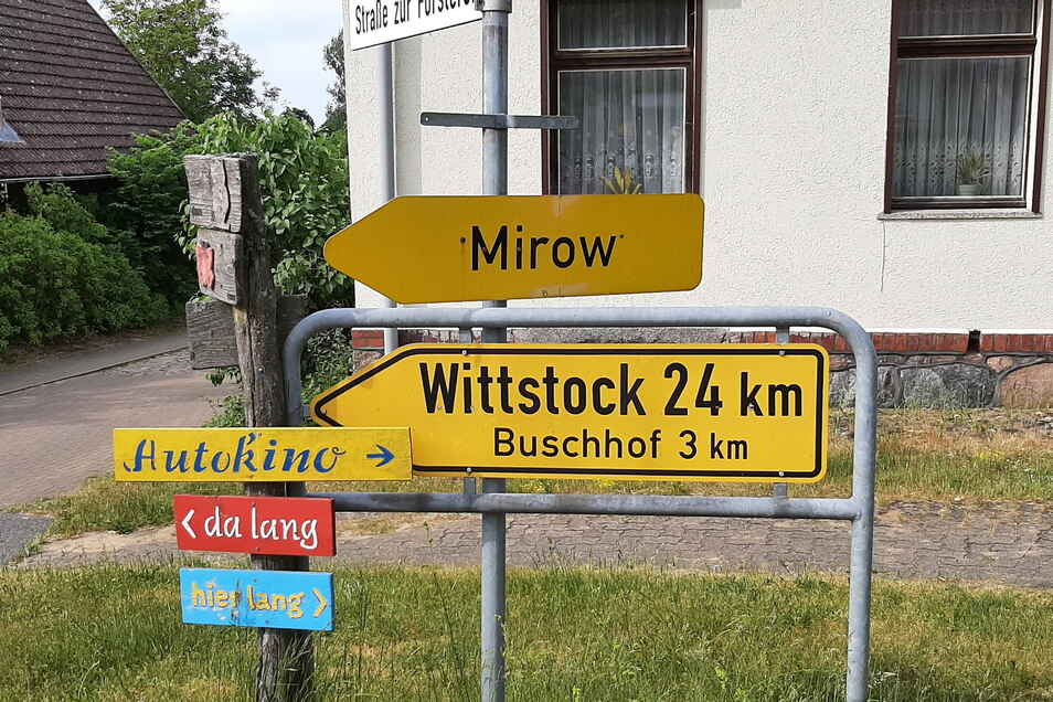 Wegweiser: Scheinbar führen alle Wege zum Autokino nach Zempow.