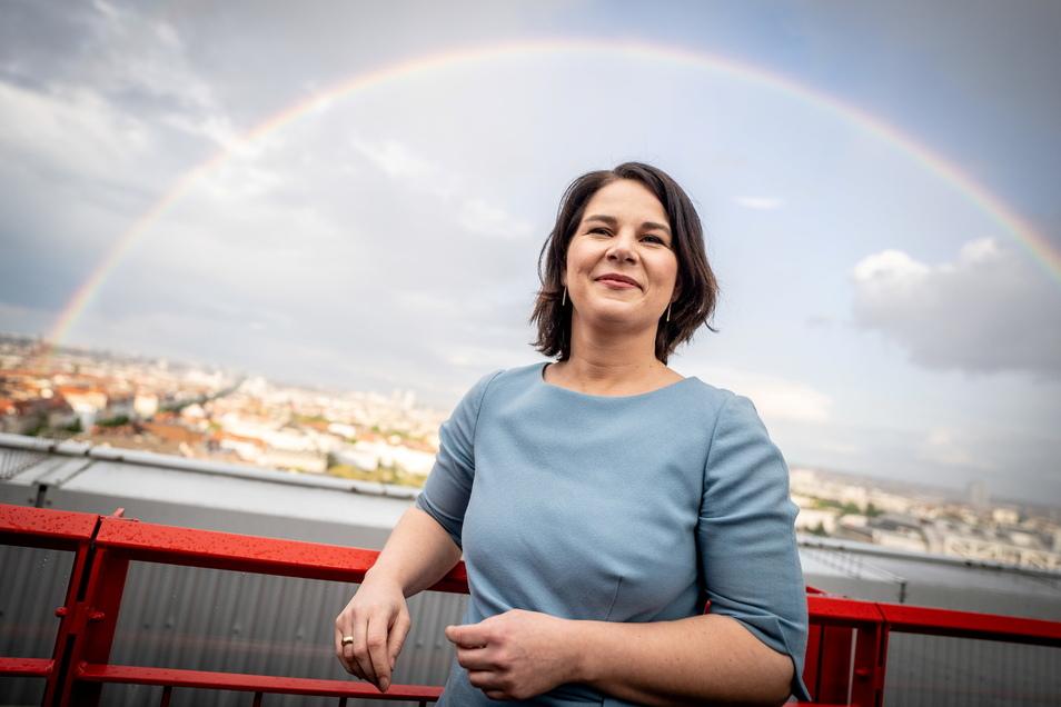 Annalena Baerbock, Kanzlerkandidatin von Bündnis 90/Die Grünen, schneidet trotz der verspätet gemeldeten Sonderzahlung weiter am besten in einer Umfrage ab.