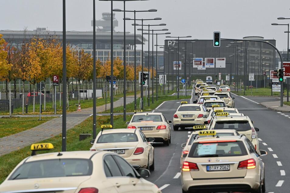 """Berliner Taxifahrer sind mit einem Korso in Richtung Hauptstadtflughafen Berlin Brandenburg """"Willy Brandt"""" (BER) unterwegs."""