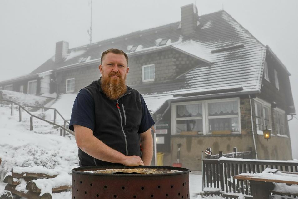 Torsten Grundmann ist der Wirt und Pächter der großen Baude auf dem Oybiner Hochwald. Das Grundstück samt Grundmauern gehört der Stadt Zittau.