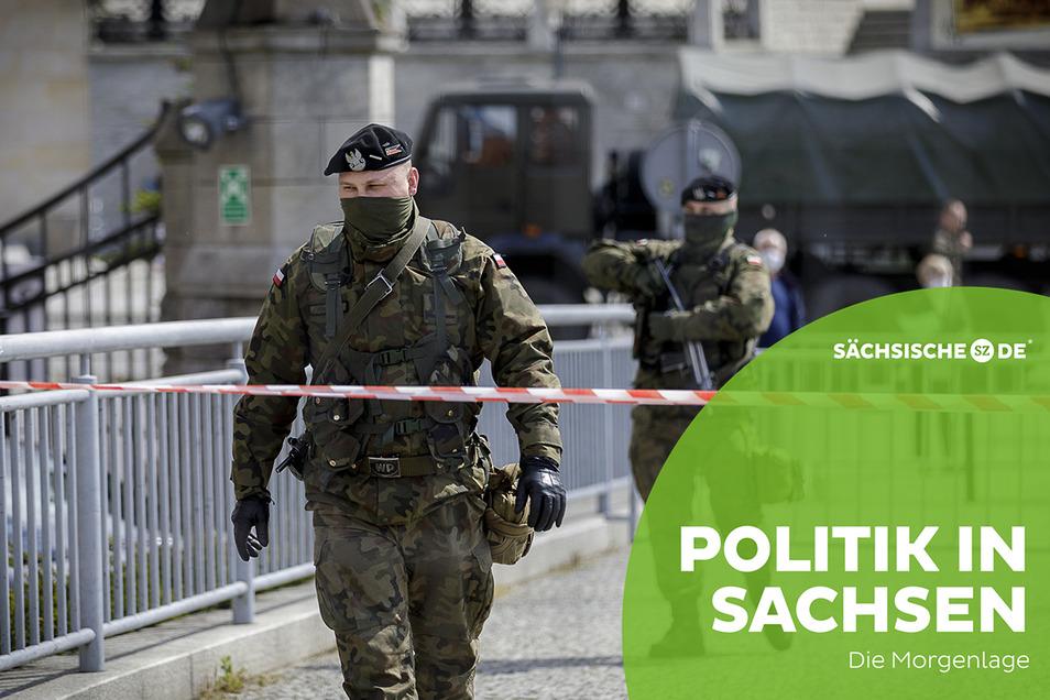 Polnische Grenzsoldaten stehen an der geschlossenen Altstadtbrücke in Zgorzelec.