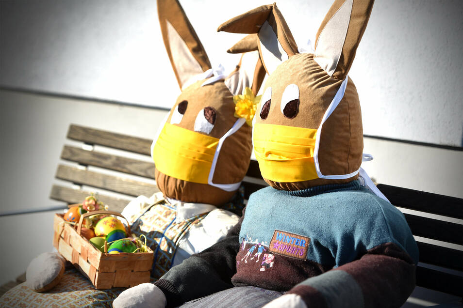 Diese zwei Hasen sitzen vor einer Schneiderei in Lauba.