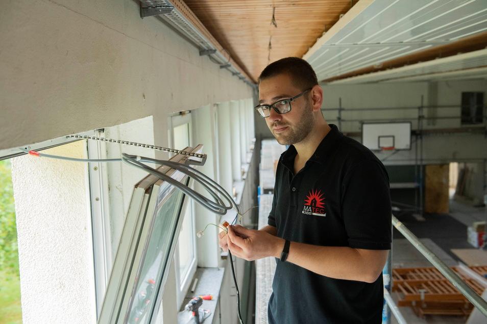 Brandschutztechniker Karsten Herrlich ist für die neue elektrische Fensterbelüftung zuständig.