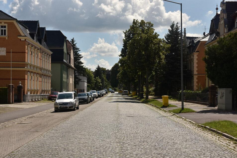 Die Dresdener Straße war vor über 100 Jahren vielleicht die prächtigste Straße der Stadt, beidseitig mit Bäumen bestanden. Auch heute macht sie durchaus noch Eindruck. Wenn man sie aber erneuern will, bekommt man es praktisch mit allen Problemen des