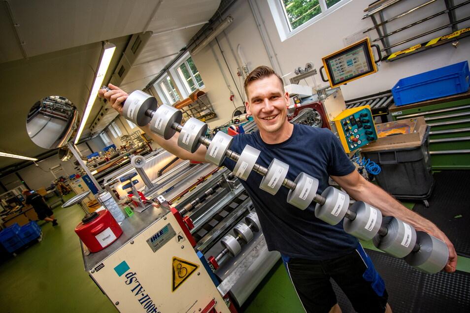 Michael Schulz arbeitet in der Döbelner Firma an der Umrollschneidmaschine.