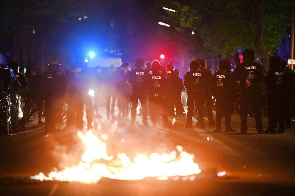Am Rande einer Demonstration linker und linksradikaler Gruppen ist es zu Ausschreitungen gekommen.