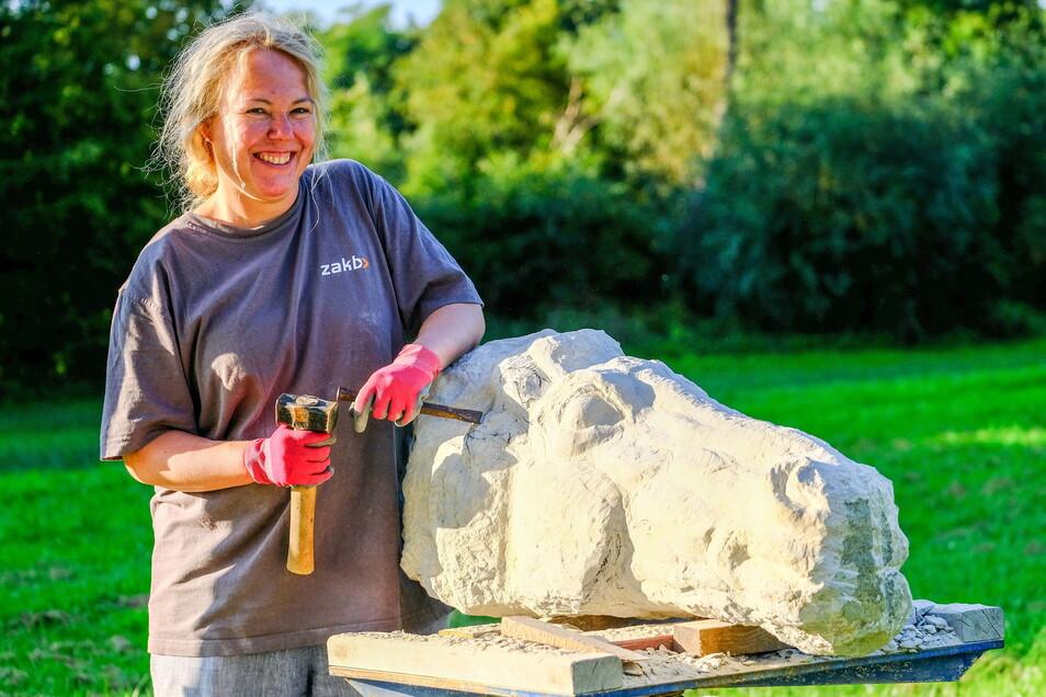 Alexandra Klawitter: Sie konzentriert sich ganz und gar auf einen großen Pferdekopf. Gesteinsadern im Sandsteinblock machen es ihr schwer.