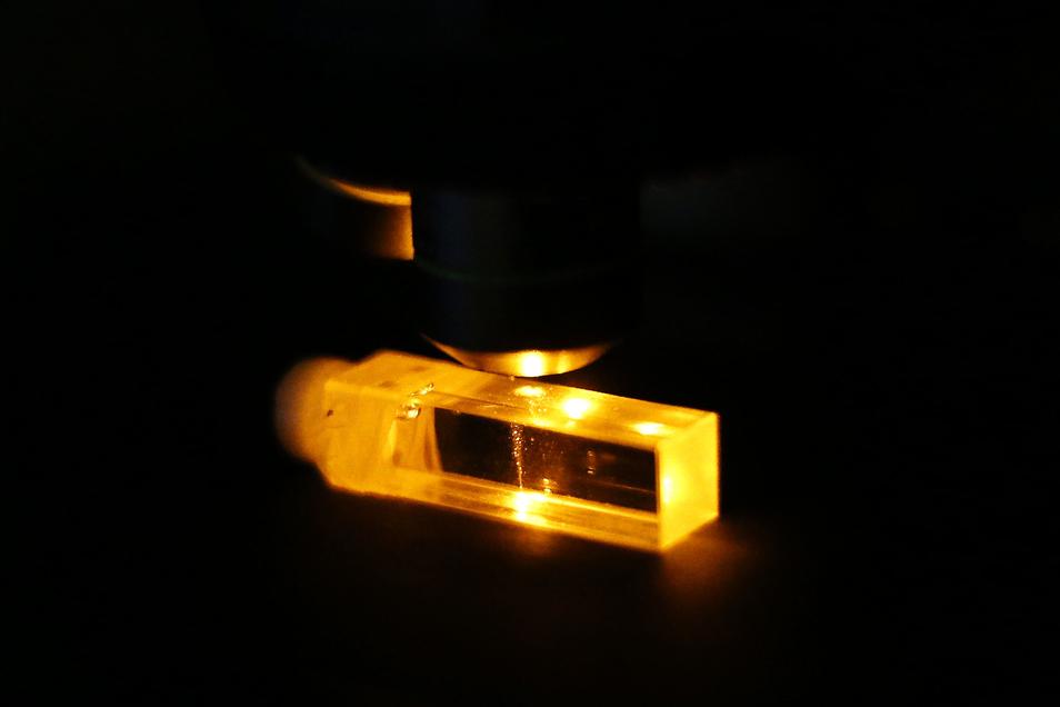 Im Laser werden Schwingungen der Moleküle sichtbar.