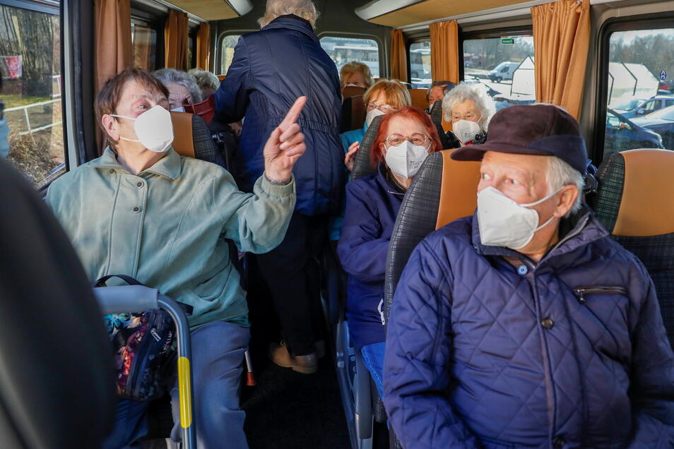 Am Edeka in Oppach startete am Dienstagnachmittag ein Bus mit Senioren nach Löbau zum Impfen. 14 Oppacher zwischen 80 und 87 Jahren bekamen ihre Corona-Schutzimpfung.