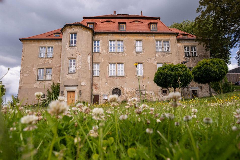 Der Putz bröckelt, tiefe Risse sind zu sehen: Die Außenhülle des Struppener Schlosses soll saniert werden.