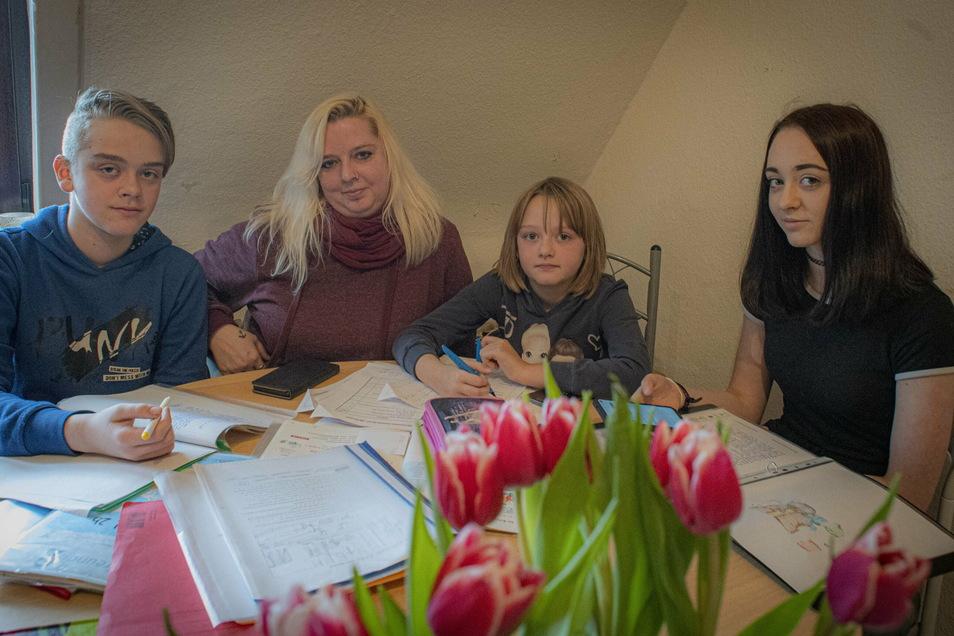 Peggy Herrmann aus Königsbrück kennt das tägliche Lernchaos zwischen schlechtem Internet und Überforderung gut. Drei ihrer vier Kinder gehen noch in die Schule. Max (13) Paulina (9) und Emilie (16) lernen wegen Corona im Homeschooling - ohne WLAN.