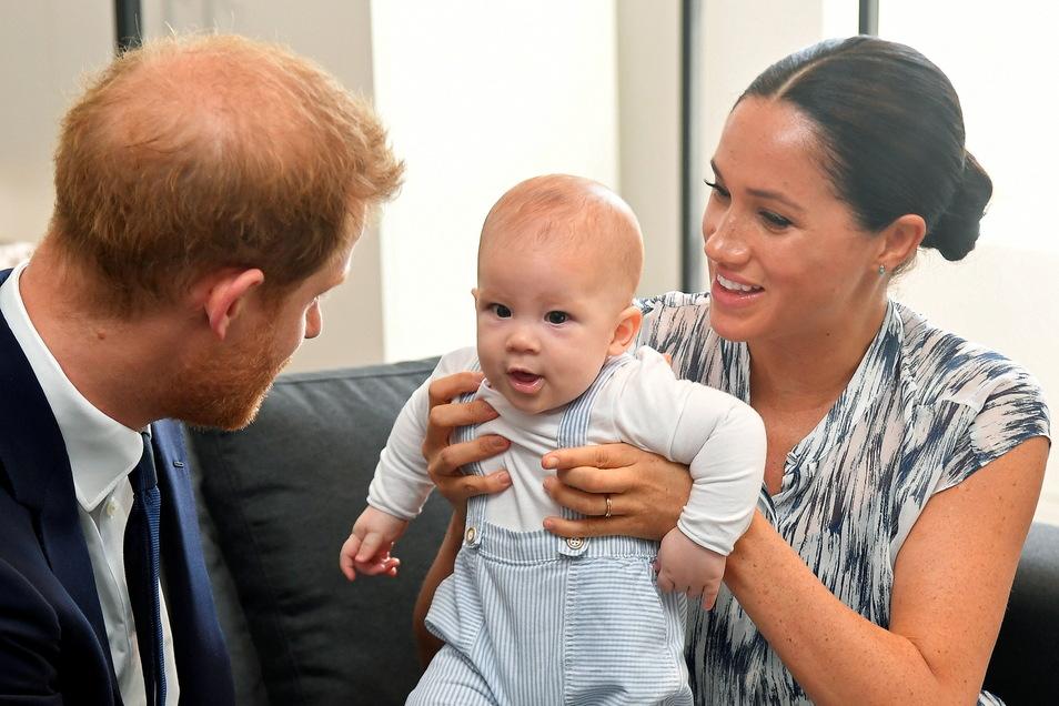 Der britische Prinz Harry (l), Herzog von Sussex, und seine Frau Meghan, Herzogin von Sussex, mit Sohn Archie während eines Treffens mit Erzbischof am 29.09.2019 in Südafrika.